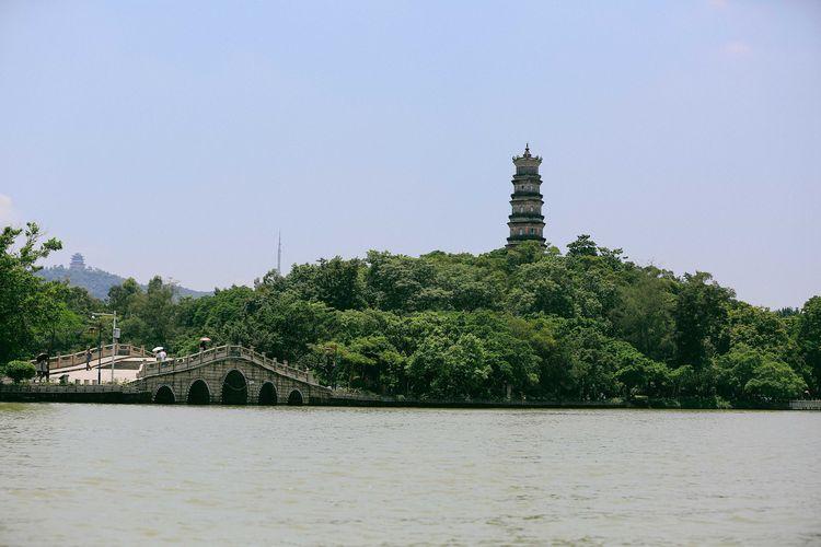 西湖最有标志性的建筑泗洲塔在平湖西侧