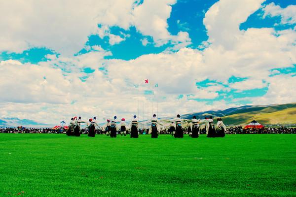 """""""锅庄""""是藏语""""果卓""""的谐音,即圆圈歌舞的意思."""