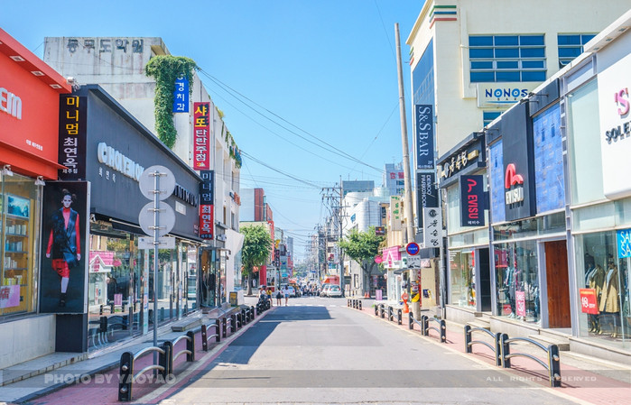 """济州市商业街,名为""""莲洞步行街"""",又名宝健路(莲洞7路),是 济州岛旅游"""