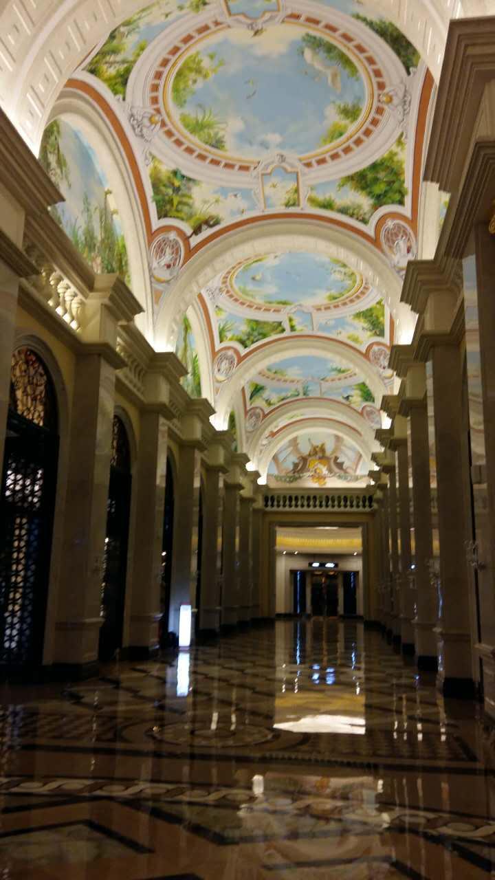 大堂采用圆形穹顶的欧式建筑风格