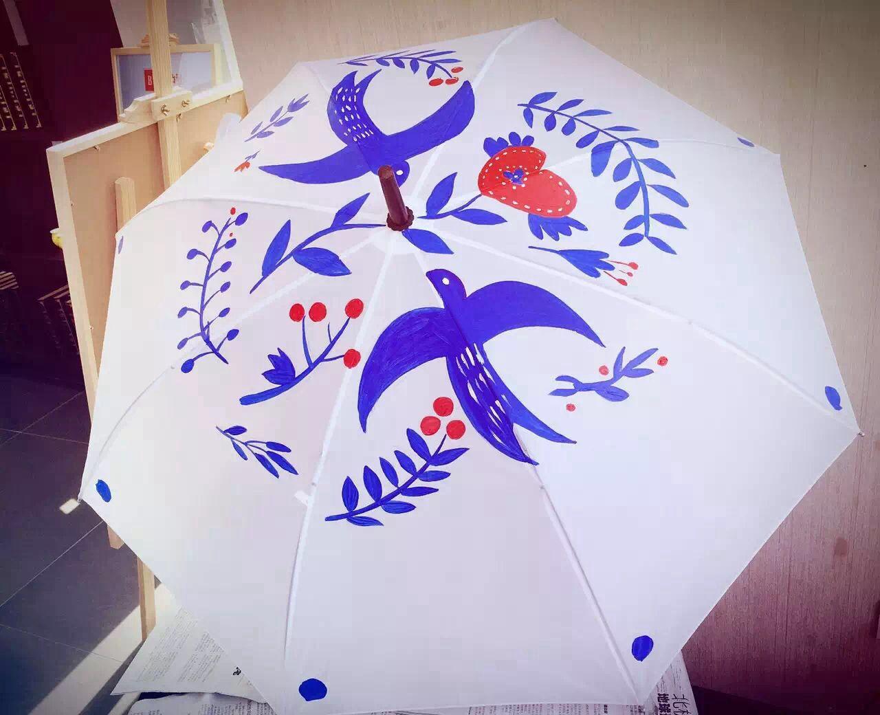 下雨天无聊,所以拿出雨伞开始手绘啦.