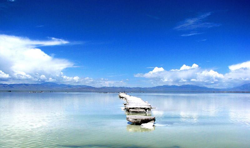 茶卡盐湖是柴达木盆地四大盐湖中较小的一个