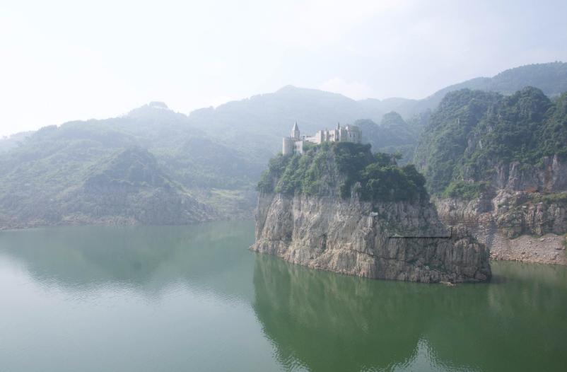 >游万峰林,住兴义吉隆堡度假村   兴义吉隆堡度假村位于风景秀丽的
